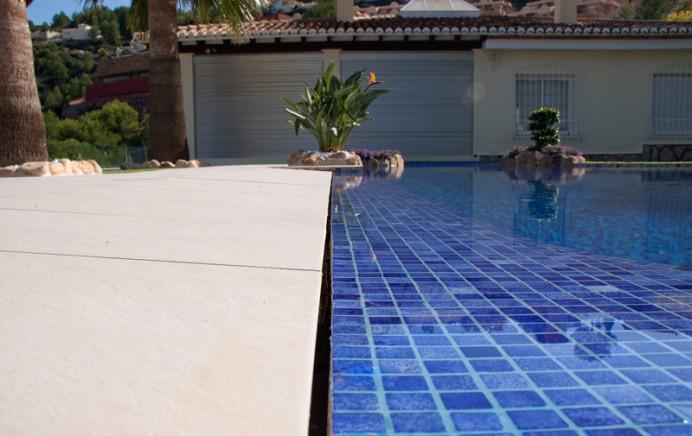 MG 6544 692x436 Como se realiza una piscina infinity con desbordante perimetral
