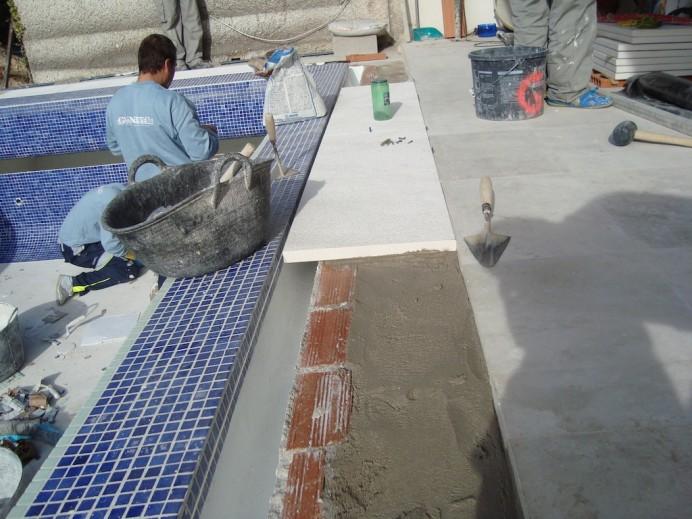 Como se realiza una piscina infinity con desbordante for Como se construye una piscina