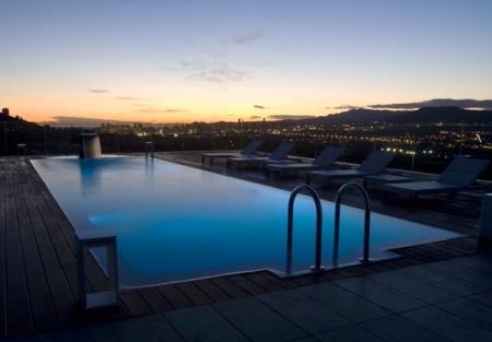 Como se realiza una piscina infinity con desbordante for Fotos de piscinas infinity