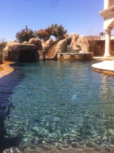 """""""spa y rocas artificiales en piscina"""""""