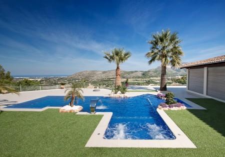 piscina infinity azul 450x313 Valoras sólo el precio a la hora de construirte una piscina?