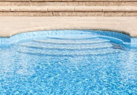 C mo reformar una piscina con fugas y grietas en la for Entrada piscina