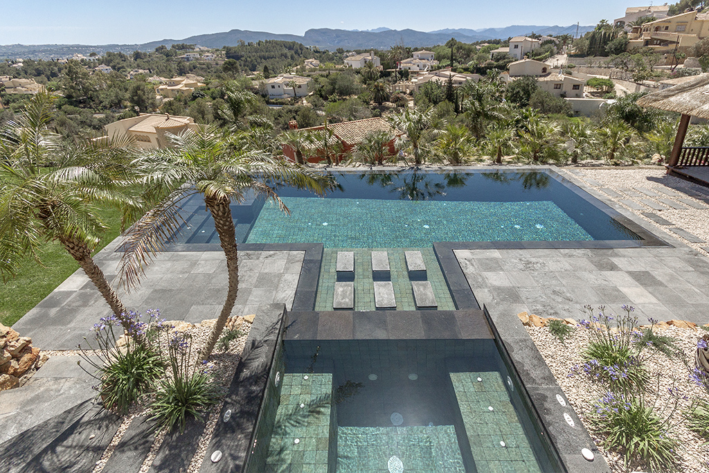 Piscina desbordante perimetral con materiales de indonesia for Modelos de piscinas con jacuzzi