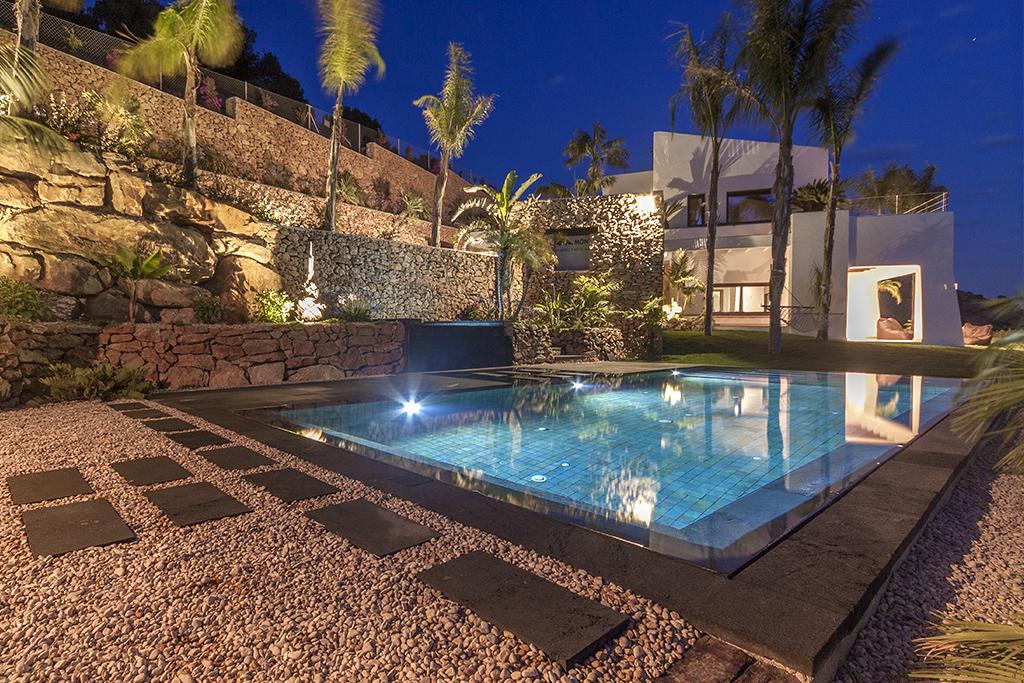 piscina desbordante perimetral con materiales de indonesia