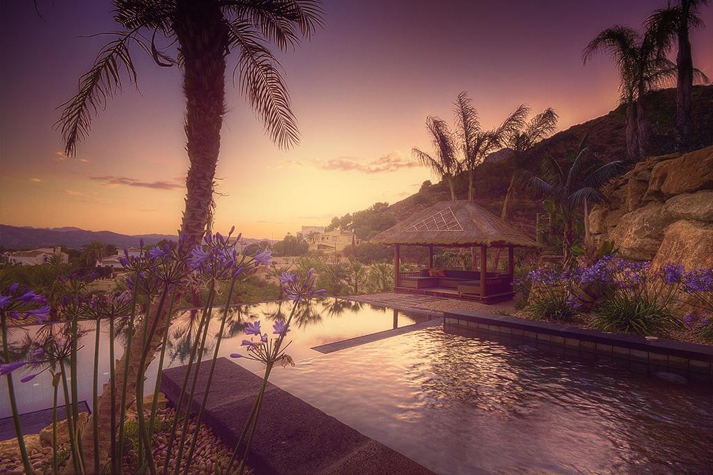 piscina balinesa Piscina desbordante perimetral con materiales de Indonesia.