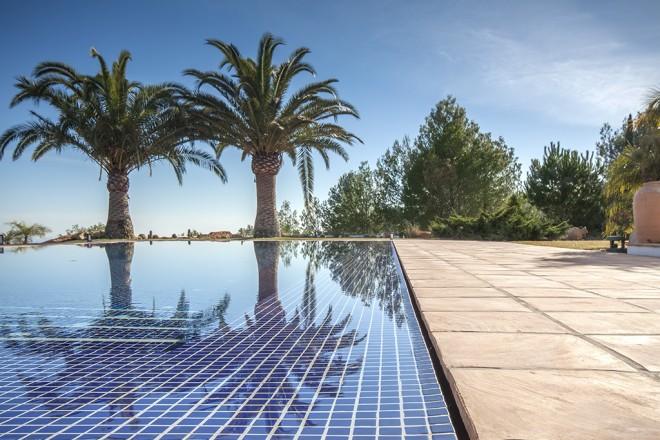 Piscina desbordante perimetral lucas gunitec for Fotos de piscinas infinity