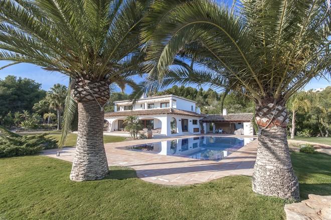 villa con piscina 660x440 Piscina desbordante perimetral.