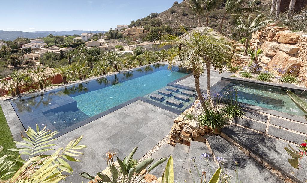 vistas de piscinas Piscina desbordante perimetral con materiales de Indonesia.