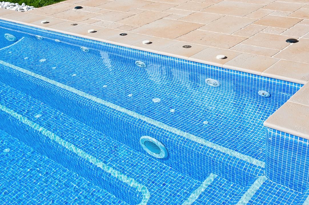 bancos de masaje piscinas Un spa en la piscina.
