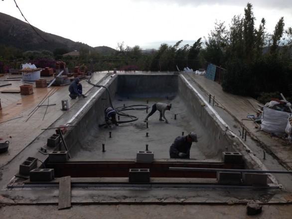 gunitadopiscinas 586x440 Cómo convertir una piscina de skimmers a piscina infinity o desbordante perimetral.