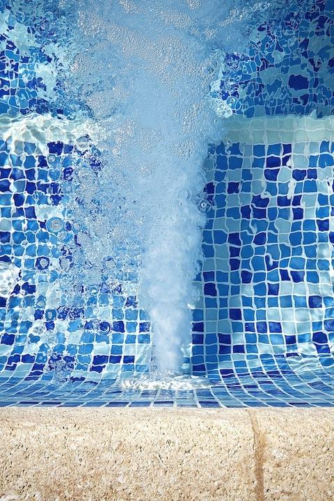 jets masajes piscinas Un spa en la piscina.