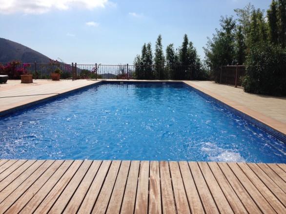 piscina por skimmers 586x440 Cómo convertir una piscina de skimmers a piscina infinity o desbordante perimetral.