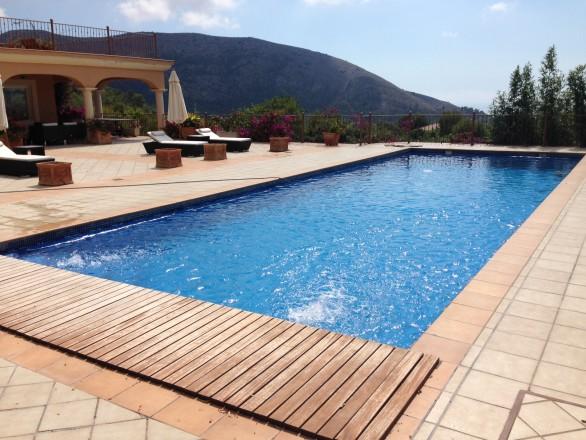 piscina skimmers 586x440 Cómo convertir una piscina de skimmers a piscina infinity o desbordante perimetral.