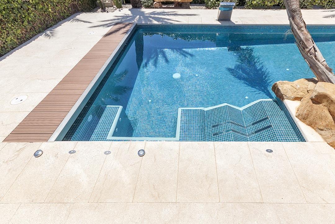spa en piscina Un spa en la piscina.