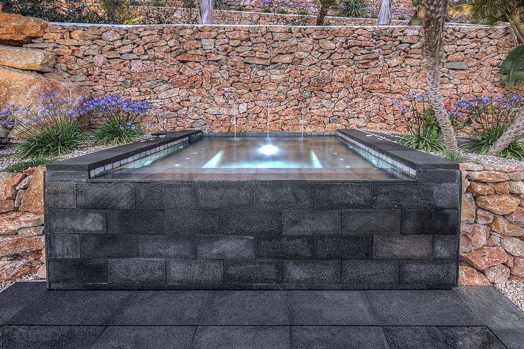 spa masaje Un spa en la piscina.
