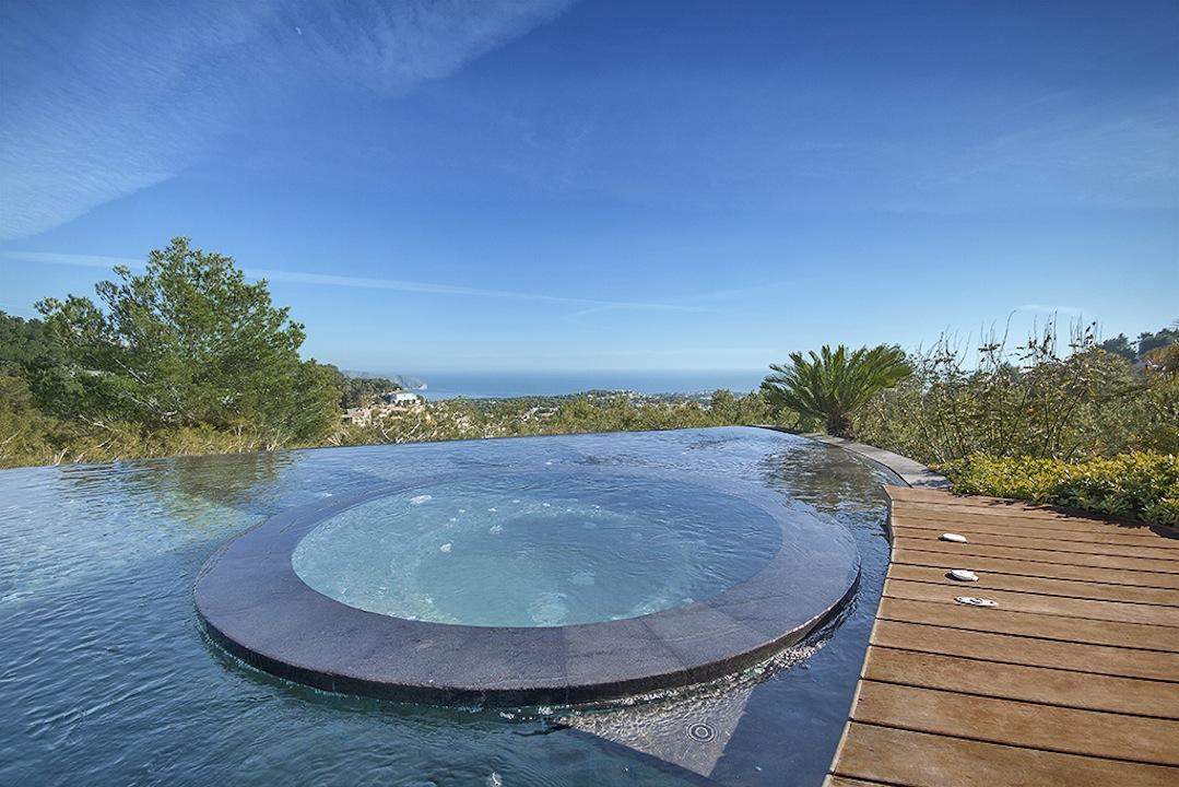 spa piscina Un spa en la piscina.