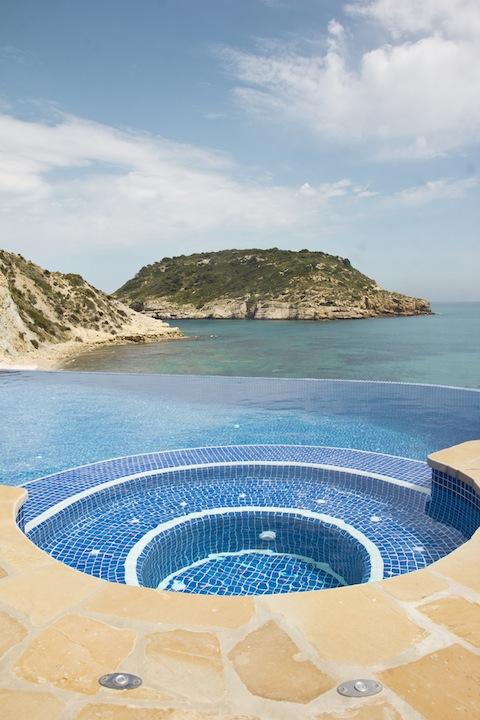 spas con vistas Un spa en la piscina.