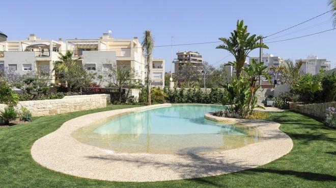 piscina turquesa 660x371 Piscina con revestimiento de piedra canto rodado y gresite color crema.