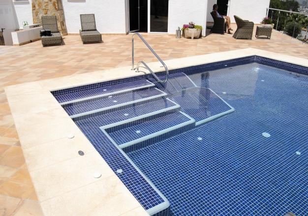 piscinas con spa 626x440 Cómo se reforma una piscina.