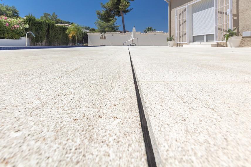 piscina con terraza 856x571 Reformar la piscina de casa.
