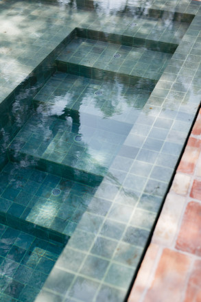 accesos piscinas de obra 293x440 Piscina infinity revestida con piedra de bali.