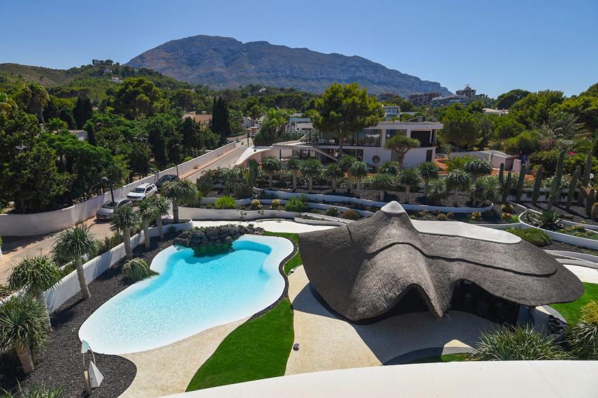 piscina cesar manrique 856x570 Un oasis de piscina en el mediterráneo.
