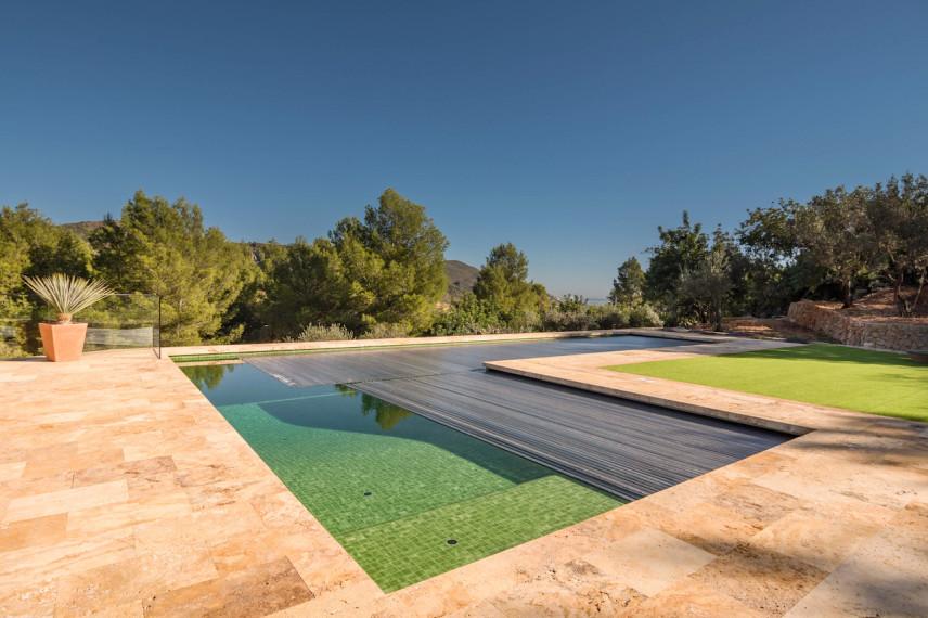 piscina con cubierta 856x570 Piscina color verde en plena naturaleza.