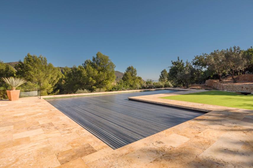 piscina cubierta solar 856x570 Piscina color verde en plena naturaleza.