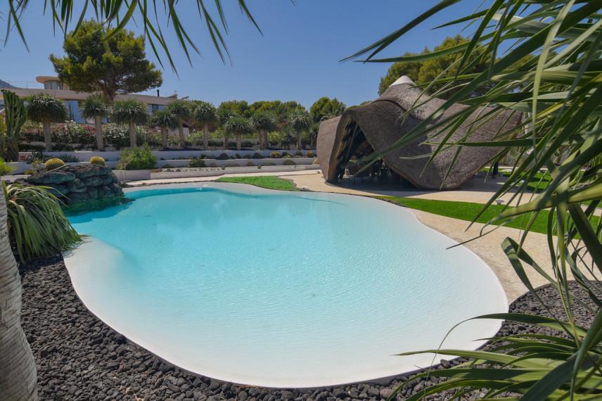 piscina infinity blanca 856x570 Un oasis de piscina en el mediterráneo.