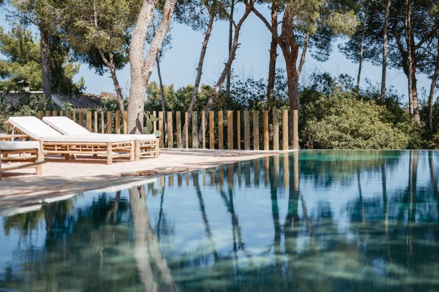piscinas balinesas lujo 856x570 Piscina infinity revestida con piedra de bali.