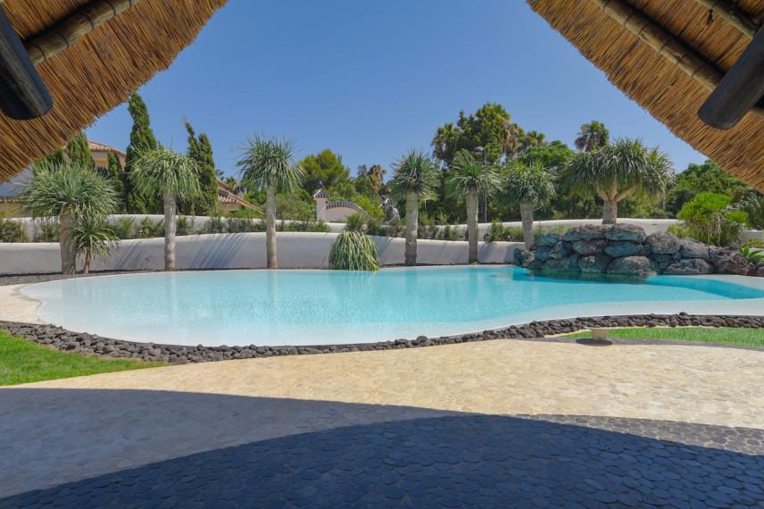 piscinas blancas 856x570 Un oasis de piscina en el mediterráneo.