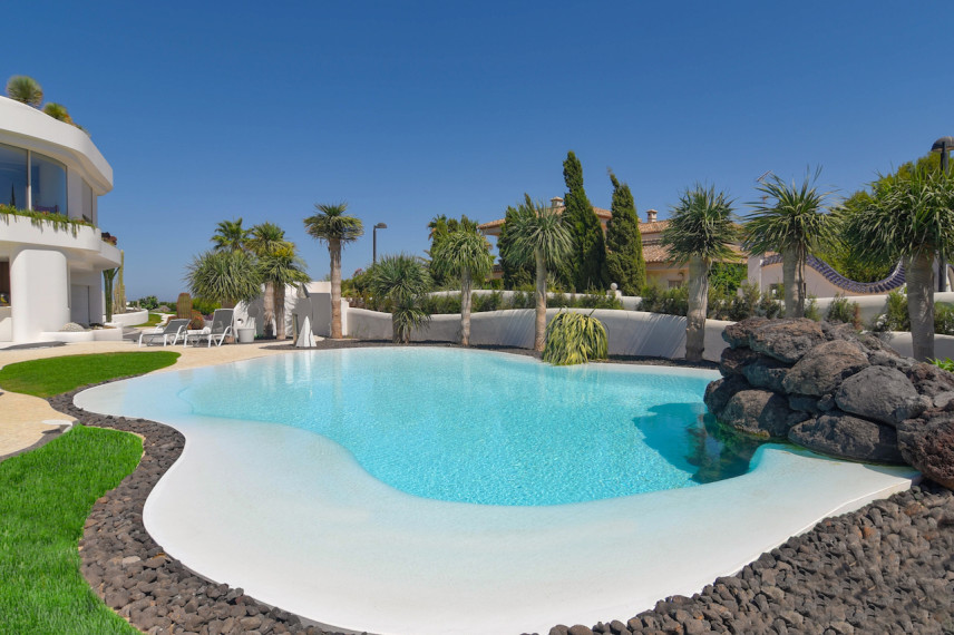 piscinas de lujo 856x570 Un oasis de piscina en el mediterráneo.