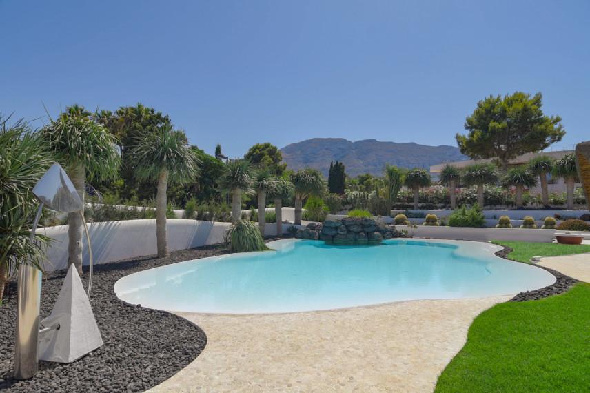 piscinas lanzarote 856x570 Un oasis de piscina en el mediterráneo.
