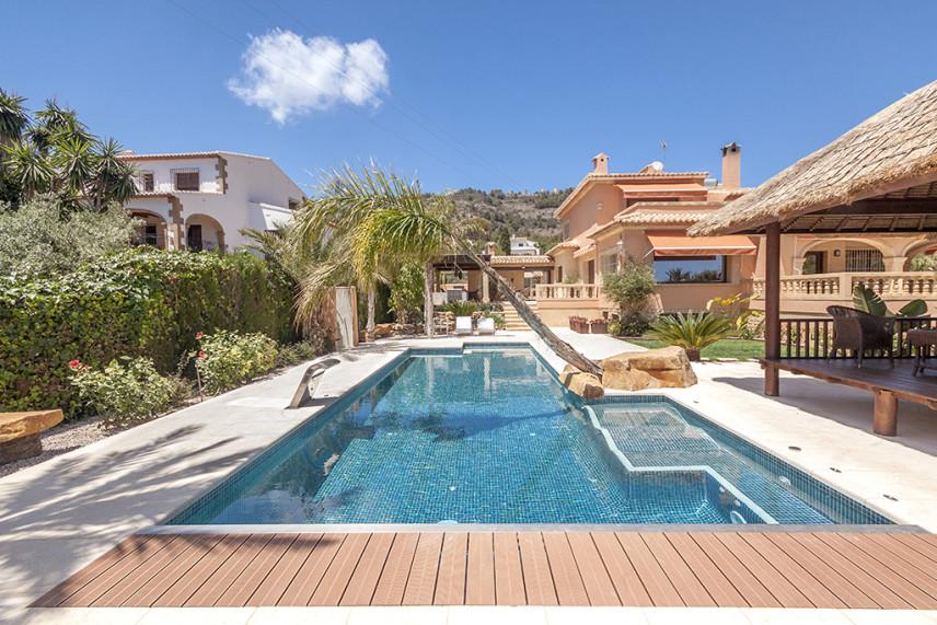 piscina con cubierta 856x571 Piscina reformada en Javea.